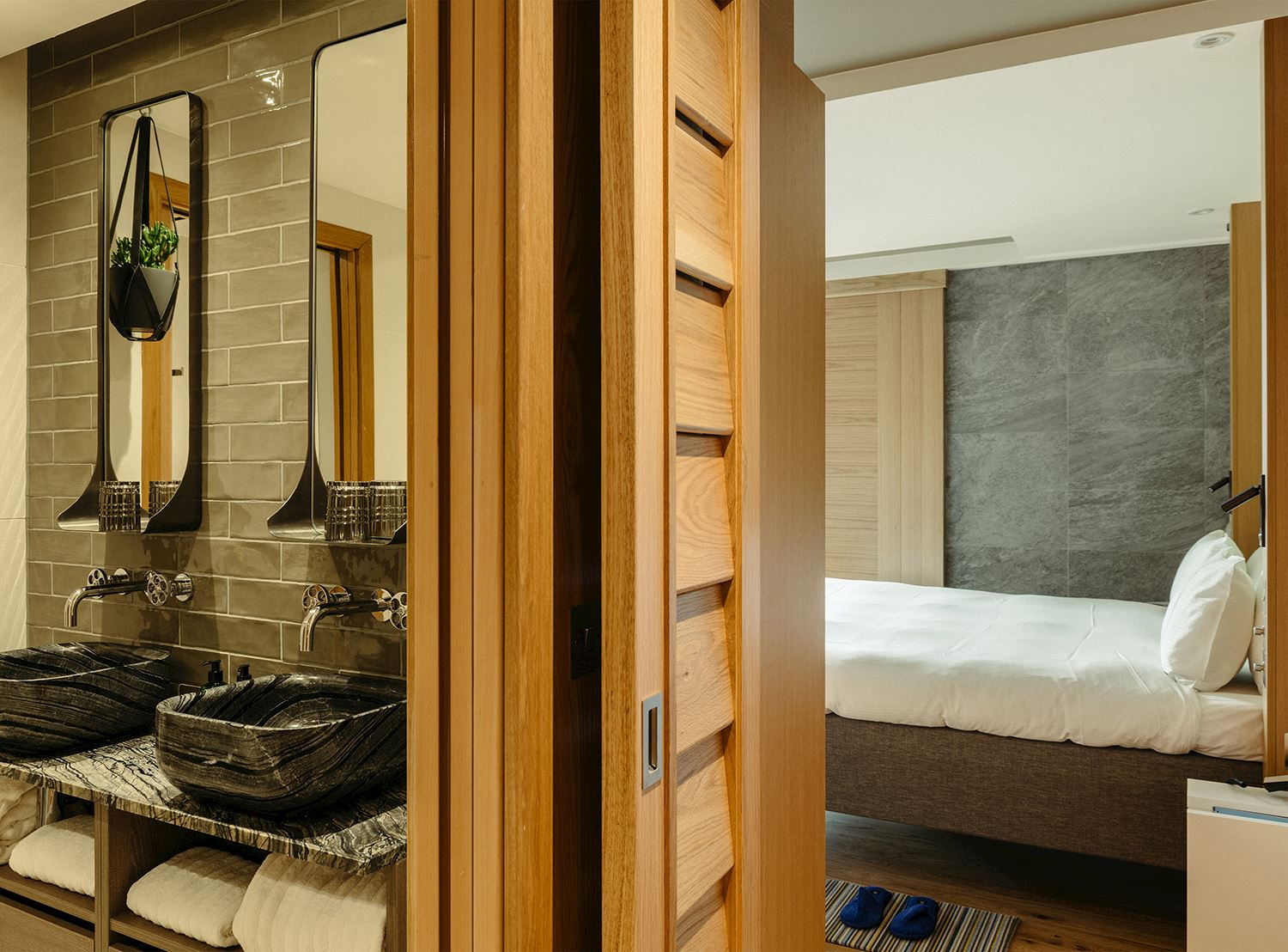 650-x-480-market-street-hotel-roomy-bath-bedroom